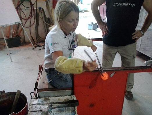 Mara Lombardi al lavoro nel suo Atelier